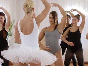 Pria berotot bercinta dengan Dua Balerina di gym. Selama kelas balet tampan berotot jatuh di gym dan kemudian dipraktekkan dengan balerina panas dan setelah kelas dia memukul dua guru seksi