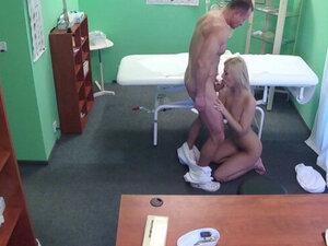 Si pirang seksi bercinta di rumah sakit. Seksi gadis pirang seksi dengan celana dalam vagina dia dijilat oleh dokter otot horny di rumah sakit dia mengisap penisnya dan punya vagina yang bagus