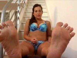 Aku menggoda dengan kaki seksi saya dalam porno amatir solo. Video fetish kaki Amatir saya hanya menakjubkan seperti yang menunjukkan saya menggoda dengan kaki saya dan menggeliat jari-jari kaki yang indah.